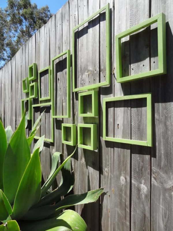 Muurdecoraties in een sfeervolle tuin