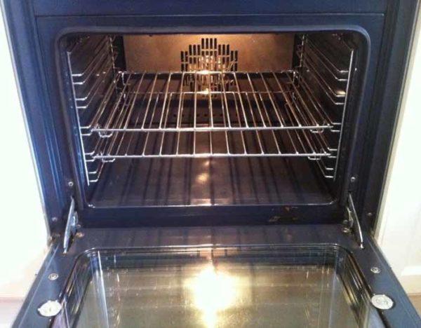 Een schone oven met baking soda