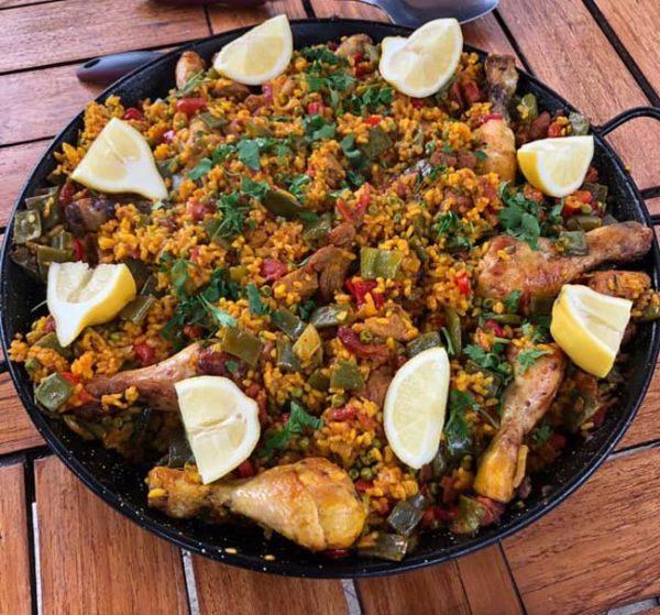 Paella met kip en vlees op de barbeque