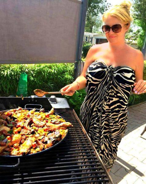 paella maken op de barbeque